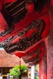 Haz de madera rojo del tejado con los grabados negros en el templo de la literatura, Hanoi, Vietnam imágenes de archivo libres de regalías