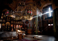 Haz luminoso en iglesia ortodoxa Imagen de archivo