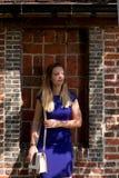 Haz rubio del sol de la muchacha, Groot Begijnhof, Lovaina, Bélgica fotografía de archivo