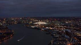 Hazaña aérea de la vista nocturna del horizonte de la orilla de Londres El río Támesis y la arena O2 fotos de archivo