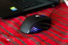 Hazard mysz na Bożenarodzeniowym czerwonym tle Zdjęcia Royalty Free