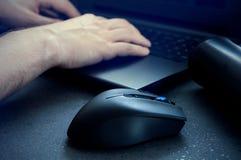 Hazard mysz z mężczyzna używa komputer przy nocą Zdjęcie Royalty Free