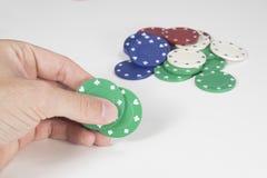 Hazardzista umieszcza zakład na jego karty zdjęcie royalty free