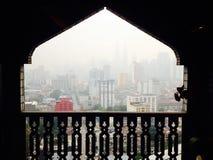 Haze la contaminación de la niebla con humo sobre Kuala Lumpur a través de ventana única de la mezquita Fotos de archivo