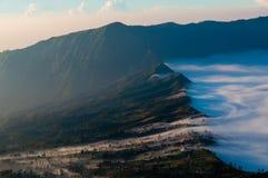 Haze Sliding par les montagnes du volcan Images libres de droits
