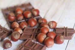 Hazelnoot en chocolade op houten achtergrond Royalty-vrije Stock Afbeelding