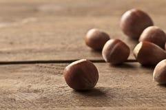 Hazelnoot op hout Stock Foto
