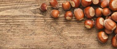 Hazelnoot op hout Stock Foto's