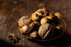 Hazelnoten en noten op een bruine lijst Stock Afbeelding