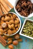 Hazelnoten, kaneel, anijsplant, amandelen, kardemom. Stock Afbeeldingen