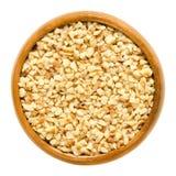 Hazelnut nasiona, z grubsza siekający, w drewnianym pucharze zdjęcia royalty free