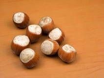 Hazelnuts na drewnianym tła zbliżeniu Zdjęcie Stock