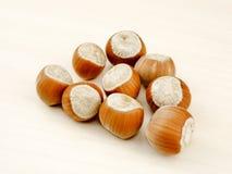 Hazelnuts na drewnianym tła zbliżeniu Obraz Stock