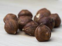 Hazelnuts na drewnie Zdjęcia Stock