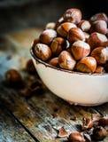 Hazelnuts na nieociosanym drewnianym tle Zdjęcie Stock