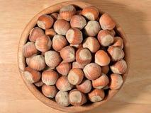 Hazelnuts w drewnianym pucharze Zdjęcie Royalty Free