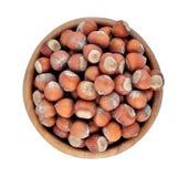 Hazelnuts w drewnianym pucharze na białym tle Obraz Royalty Free