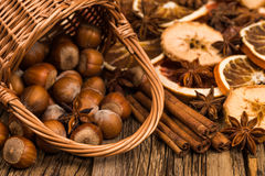 Hazelnuts w łozinowym koszu na starym drewnianym stole Fotografia Royalty Free