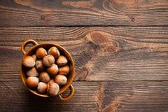 Hazelnuts w porcelana łęku Obrazy Stock
