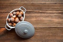 Hazelnuts w porcelana pucharze Obrazy Stock