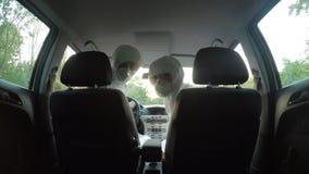 hazmat的担心的科学家工作者适合看事在车之后的危险开会 股票录像