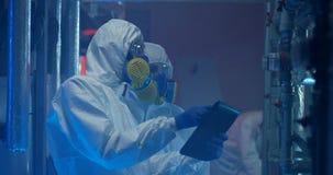hazmat衣服举办的维护的科学家 股票视频