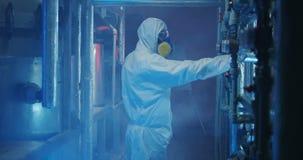 hazmat衣服的科学家检查设备的 影视素材