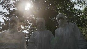 Hazmat teknikerarbetare som fortfarande täckas med stående kontaminerat för för skyddskläder och maskering av giftgasrök - stock video