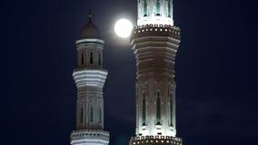 Hazrat苏丹清真寺的尖塔阿斯塔纳timelapse的在与满月,哈萨克斯坦的晚上 股票视频