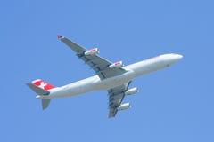 HB-JMI Airbus A340-300 de Swissair, decolam Foto de Stock