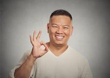 Hübsch, glücklich, lächelnd, aufgeregter Mannangestellter, der OKAYzeichen gibt Stockbild