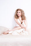 Hübsche Frau auf dem Bett Stockfotos