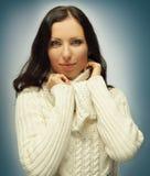 Hübsche Frau in der warmen Kleidung Stockfoto