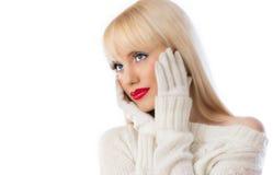 Hübsche Frau in der weißen Strickjacke mit den roten Lippen Lizenzfreies Stockbild