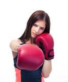 Hübsche Frau, die in camera mit Boxhandschuh locht Lizenzfreie Stockfotos