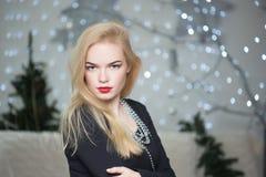 Hübsche Frau, die den Weihnachtsbaum verziert Stockfotos