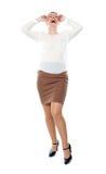 Hübsche Frau, die loud lacht. In voller Länge Schuß Lizenzfreie Stockbilder
