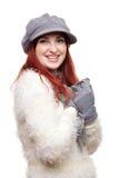 Hübsche Frau im Hut, in den Handschuhen und im Schal Lizenzfreie Stockfotografie