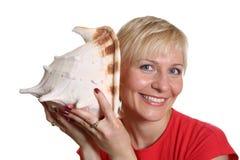 Hübsche Frau mit Seashell Stockfoto