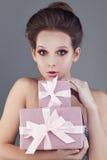 Hübsche Frau und Geschenkbox Stockbild