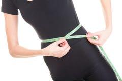 Hübsche Frau zeigt ihr Maßbandisolat des Gewichtsverlustes tragendes Lizenzfreies Stockfoto