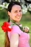 Hübsche Frauen mit Tulpen Stockbild