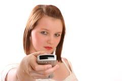 Hübsche Jugendliche, die Fernsehkanal ändert Stockfotografie