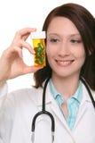 Hübsche Krankenschwester mit Medikation Stockbild