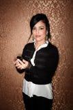 Hübsche Latina-Frau mit Handy Stockfoto