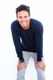 Hübsche Mitte alterte den Mann, der mit den Händen auf Knien lacht Stockfotografie