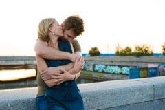 Hübsche Paarumarmung im Freien Stockfotografie