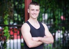 Hübscher Athletenmann in der Freizeit Stockbilder