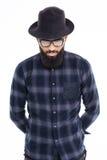 Hübscher bärtiger afrikanischer Mann im schwarzen Hut und in den Gläsern Stockfotografie