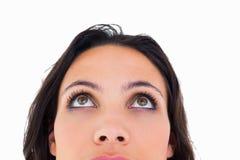 Hübscher Brunette, der oben thoughfully schaut Lizenzfreies Stockbild
